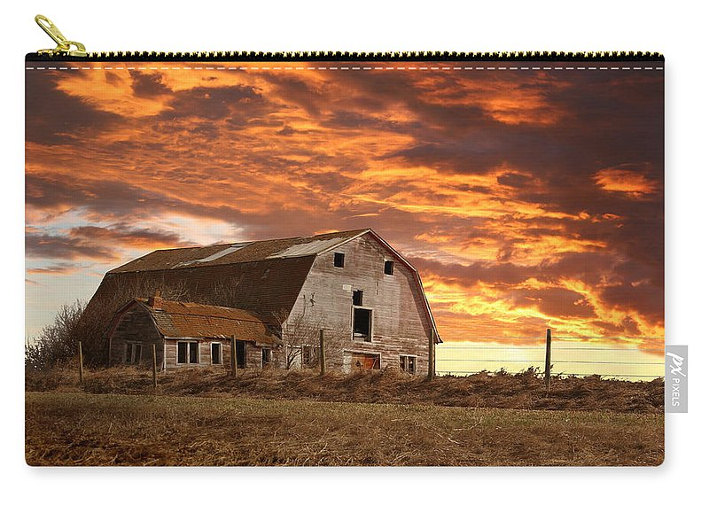 Old Barn Carry-all Pouch featuring the photograph Barn On Highway 21 by Stan Kwong