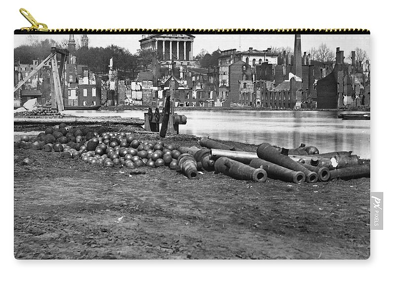 1865 Carry-all Pouch featuring the photograph Civil War: Richmond, 1865 by Granger