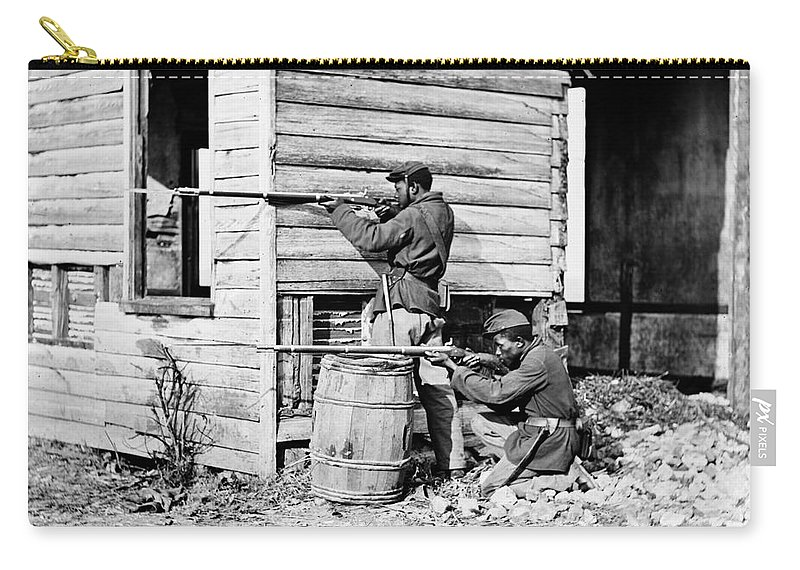1864 Carry-all Pouch featuring the photograph Civil War: Union Soldiers by Granger