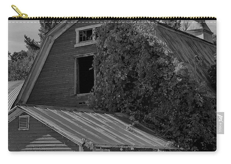 Barn Carry-all Pouch featuring the photograph Milton Barn by Deborah Benoit
