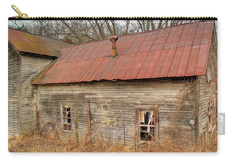 Farmhouse Carry-all Pouch featuring the photograph Abandoned Farmhouse In Kentucky by Douglas Barnett