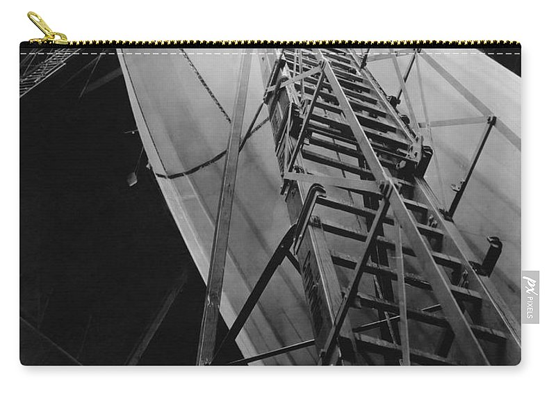 1920s Carry-all Pouch featuring the photograph Akron Dirigible Construction by Underwood Archives