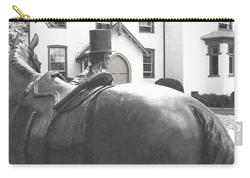Lincoln Carry-all Pouch featuring the photograph Lincoln Arrives At The Cottage by Jost Houk