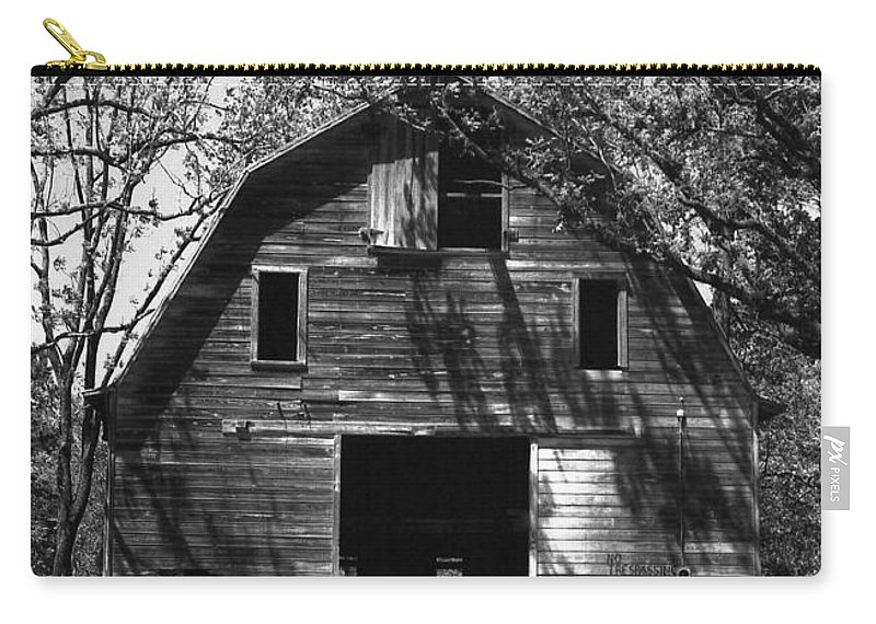 Barrns Carry-all Pouch featuring the photograph Old Cedar Barn by Richard Rizzo