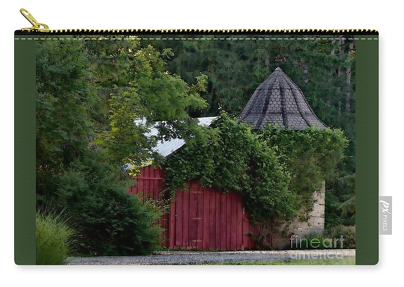 Barn Carry-all Pouch featuring the photograph Quaint Red Barn by Elizabeth Duggan