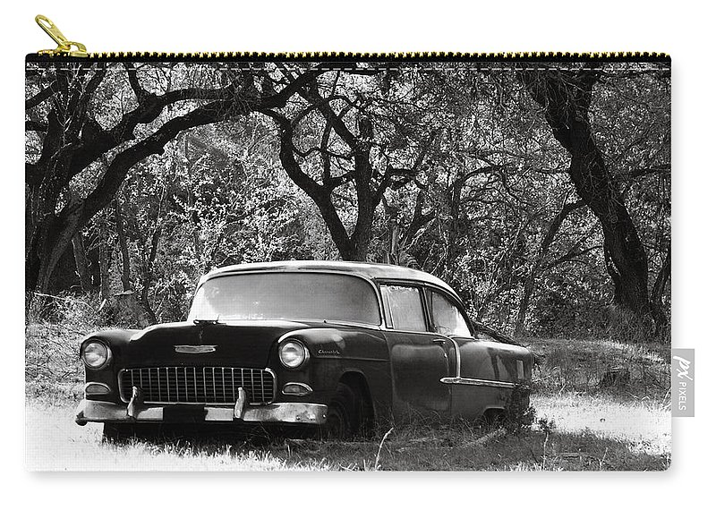 Americana Carry-all Pouch featuring the photograph Resting Amongst The Oaks by Marilyn Hunt