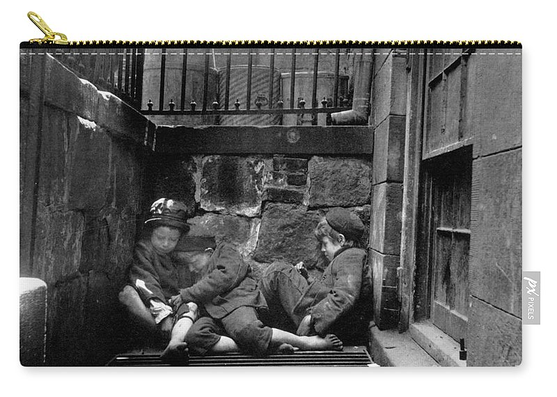 1901 Carry-all Pouch featuring the photograph Riis: New York, 1901 by Granger