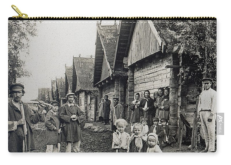 1900 Carry-all Pouch featuring the photograph Russia: Peasants by Granger