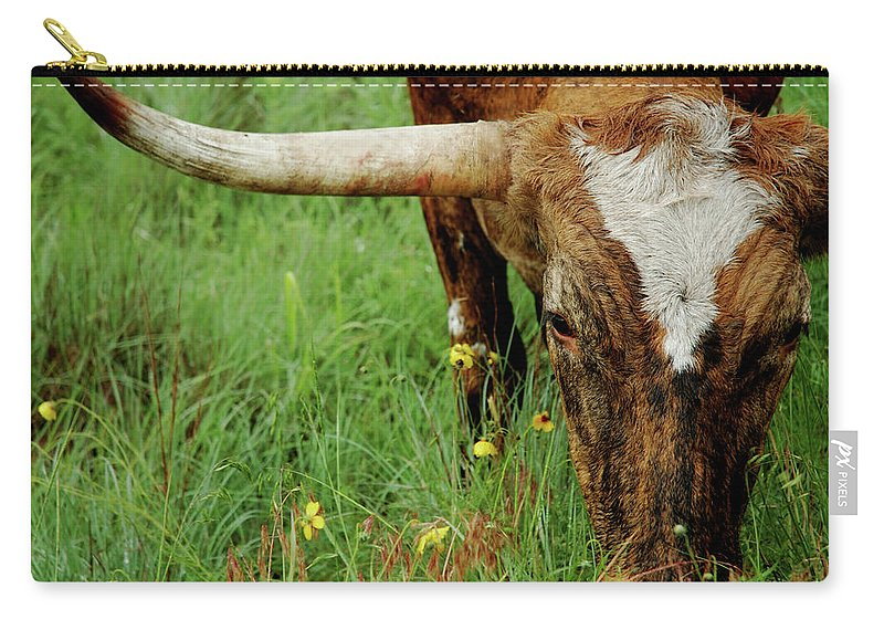 Horned Carry-all Pouch featuring the photograph True Texas Longhorn by Flashpoint