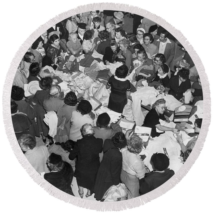1035-1097 Round Beach Towel featuring the photograph Crowds In Ohrbach's Store by Underwood Archives