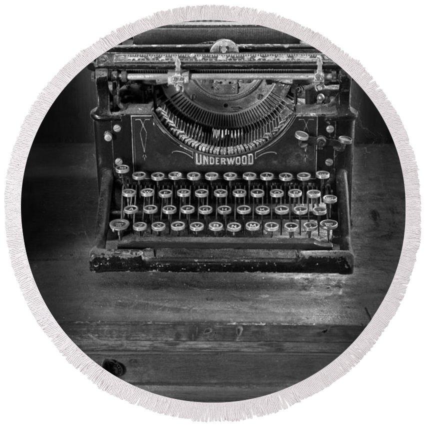 Typewriter Round Beach Towel featuring the photograph Underwood Typewriter by Dave Mills