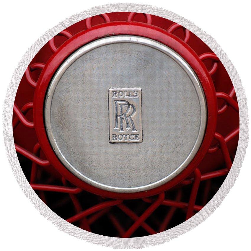1928 Rolls-royce Phantom I Sedenca De Ville Wheel Emblem Round Beach Towel featuring the photograph 1928 Rolls-royce Phantom I Sedenca De Ville Wheel Emblem by Jill Reger