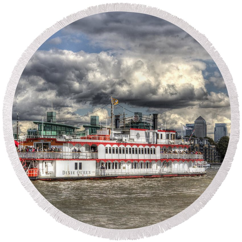 Canary Wharf Round Beach Towel featuring the photograph The Dixie Queen Paddle Steamer by David Pyatt