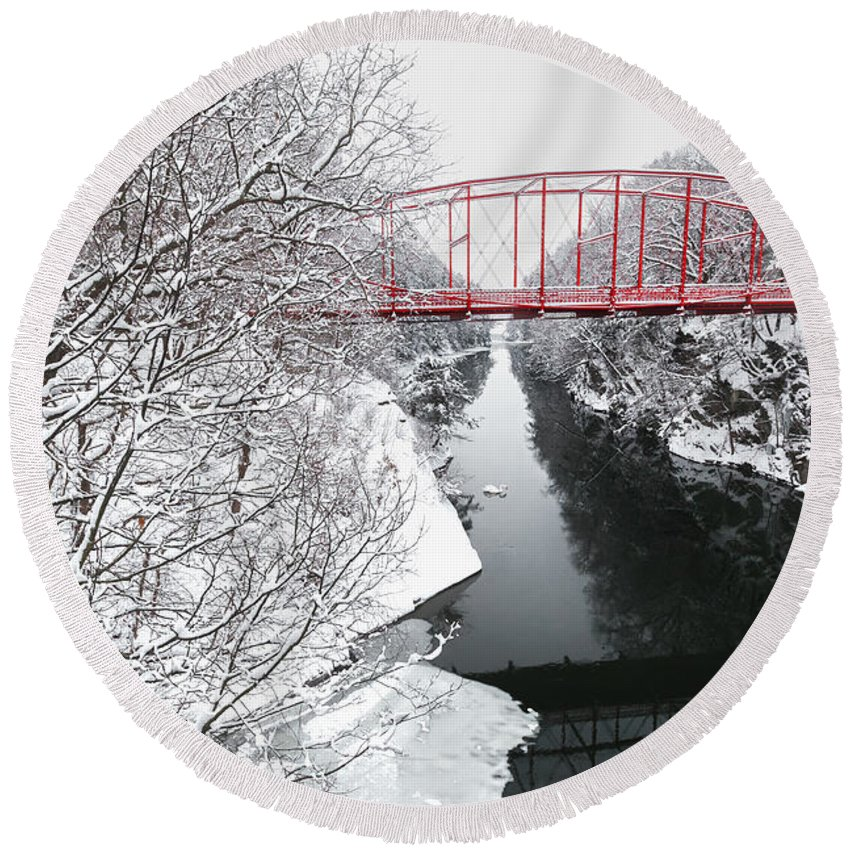 Lovers Leap Round Beach Towel featuring the photograph Winter Solitude by Bill Wakeley