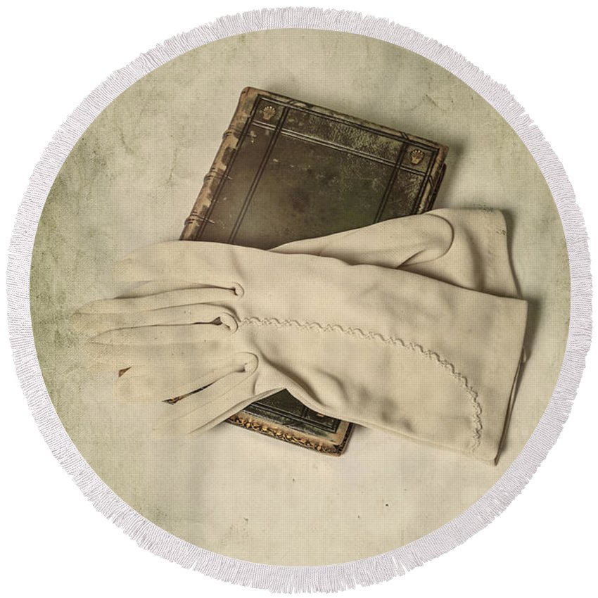Glove Round Beach Towel featuring the photograph Time To Read by Joana Kruse