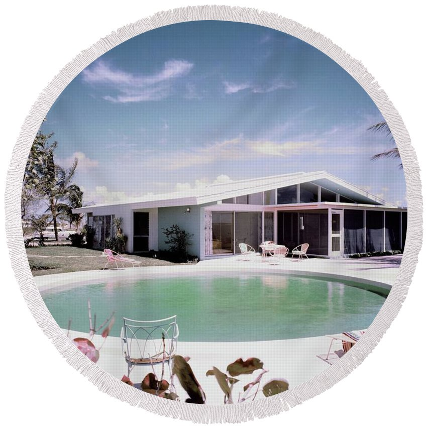 Miami Round Beach Towel featuring the photograph A House In Miami by Tom Leonard