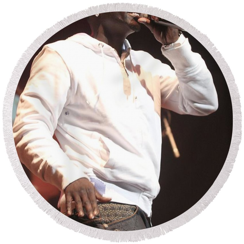 Rapper Round Beach Towel featuring the photograph Akon by Concert Photos