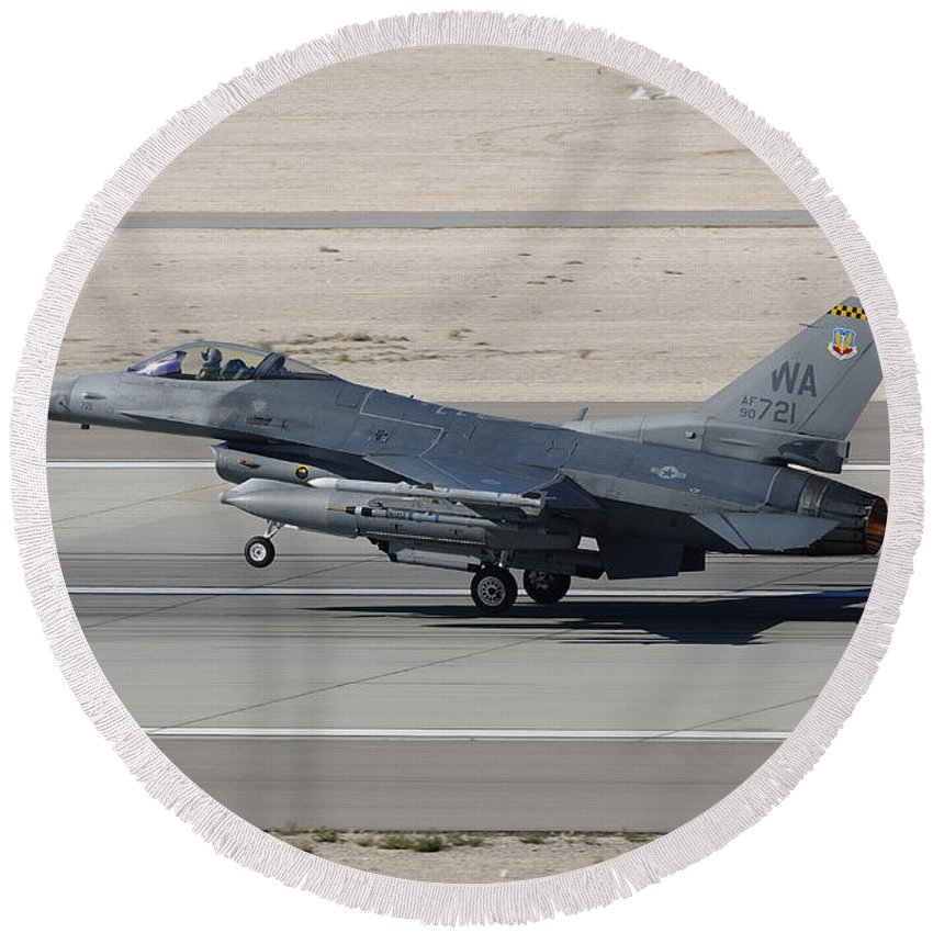 Horizontal Round Beach Towel featuring the photograph An F-16c Fighting Falcon Taking by Remo Guidi