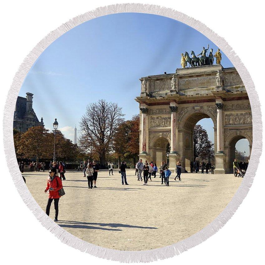 Paris Round Beach Towel featuring the photograph Arc De Triomphe Du Carrousel In Paris France by Richard Rosenshein