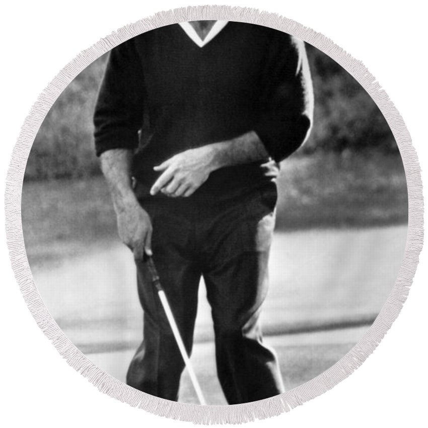 1 Person Only Round Beach Towel featuring the photograph Arnold Palmer Misses A Putt by Underwood Archives