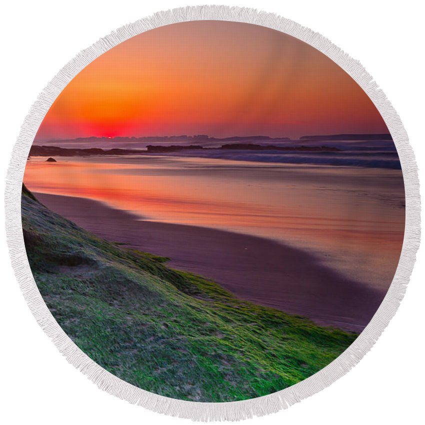 Sunset Round Beach Towel featuring the photograph Between Day And Night by Edgar Laureano
