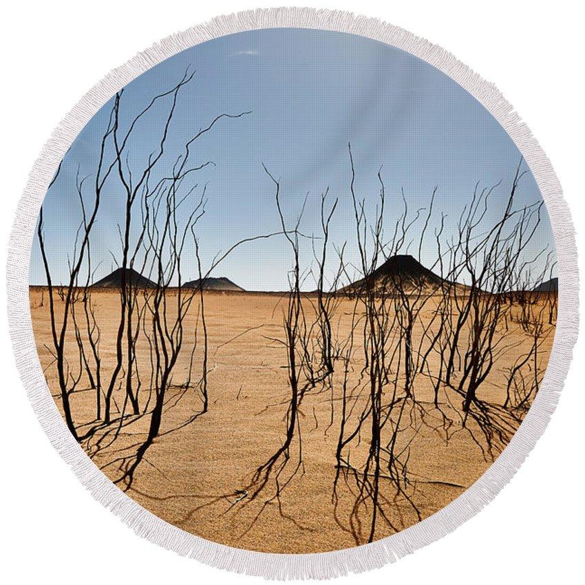 Fotografie Round Beach Towel featuring the photograph Black Desert by Juergen Ritterbach