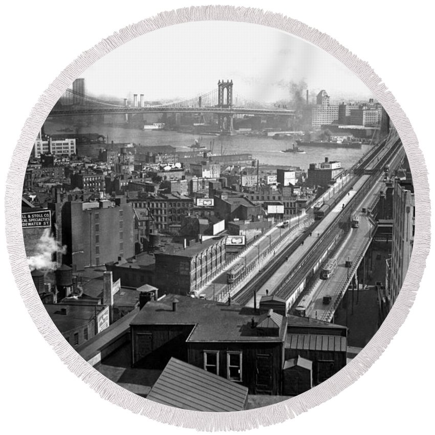 1920s Round Beach Towel featuring the photograph Brooklyn And Manhattan Bridges by Underwood Archives