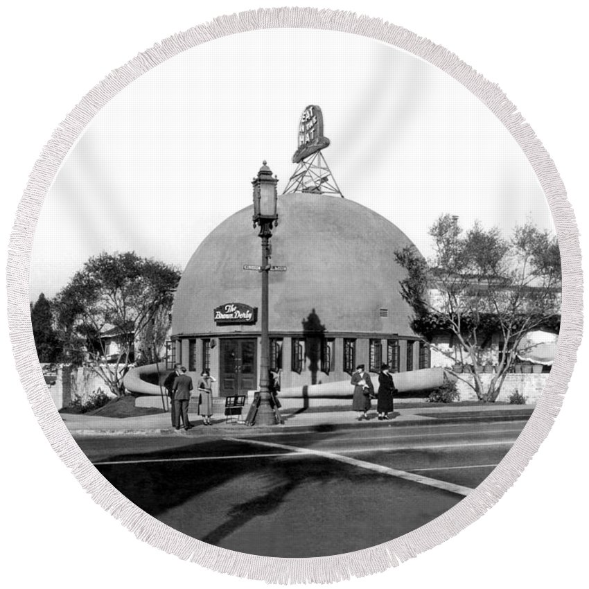 1920's Round Beach Towel featuring the photograph Brown Derby Restaurant by Underwood Archives