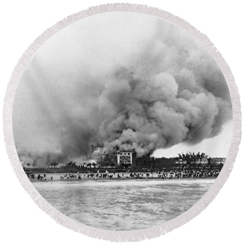 1925 Round Beach Towel featuring the photograph Burning Of The Breakers Hotel by Underwood & Underwood