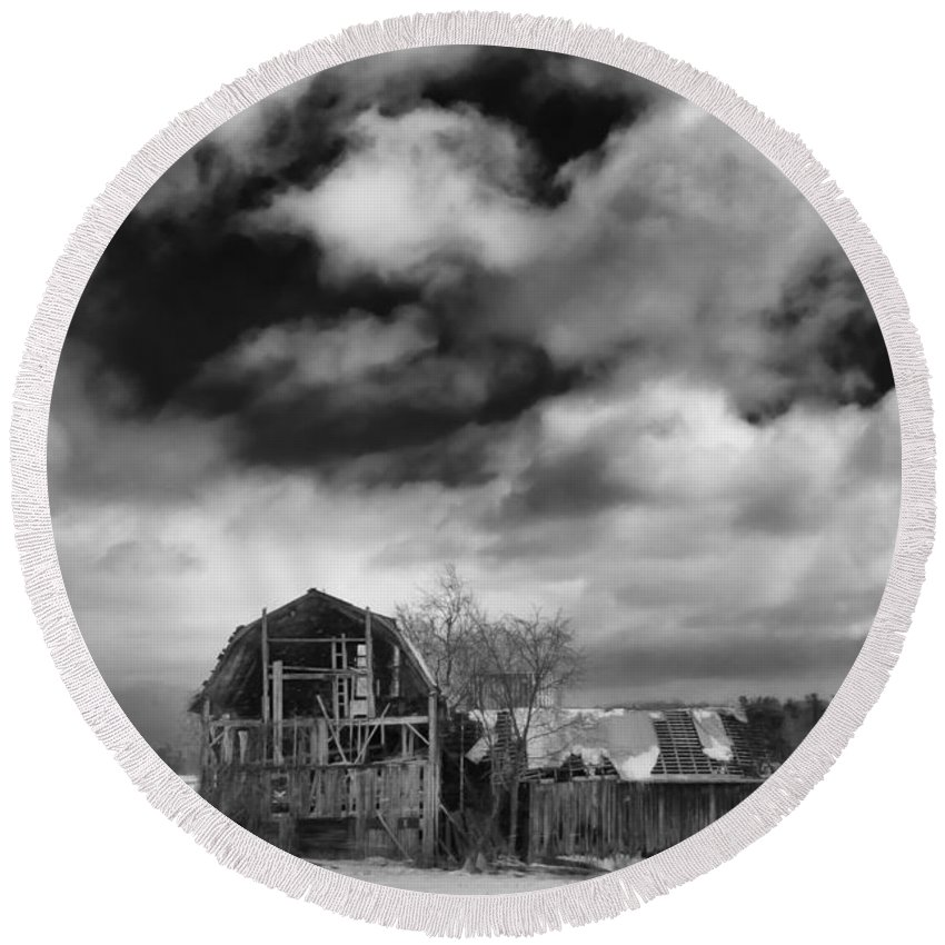 Barn Round Beach Towel featuring the photograph Castile Barn 806b by Guy Whiteley