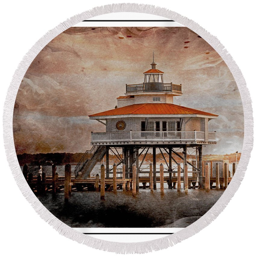 Cambridge Round Beach Towel featuring the photograph Choptank River Lighthouse by Suzanne Stout