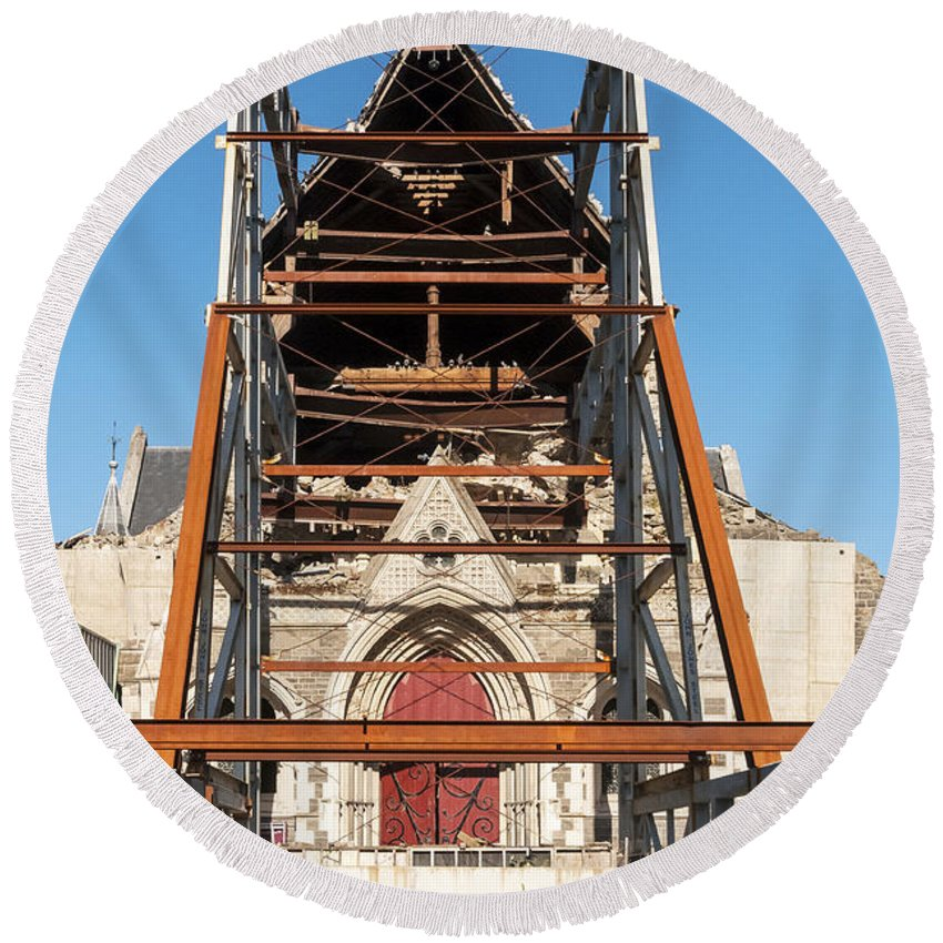 Christchurch New Zealand Cathedral Windows Place Places Of Worship Church Churches Cathedrals Tiled Roof Tile Tiles Building Buildings Structure Structures Architecture George Gilbert Scott Earthquake Damage Round Beach Towel featuring the photograph Christchurch Cathedral by Bob Phillips