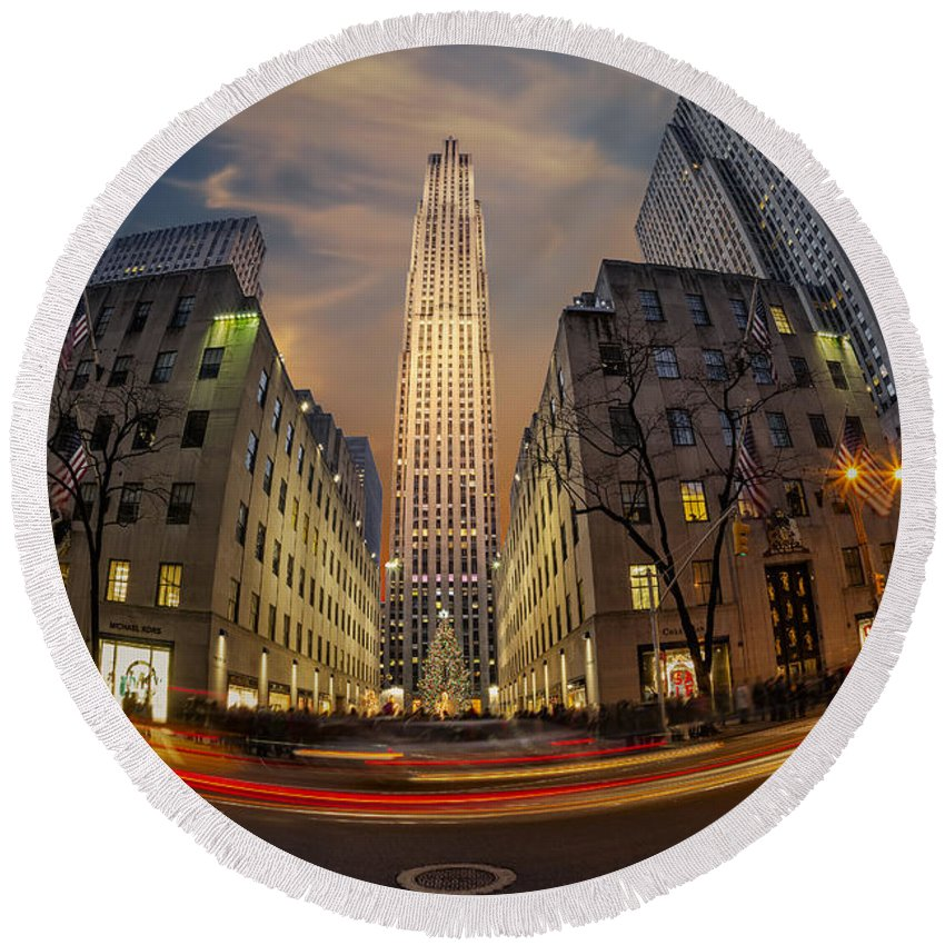 Big Apple Round Beach Towel featuring the photograph Christmas At Rockefeller Center by Susan Candelario
