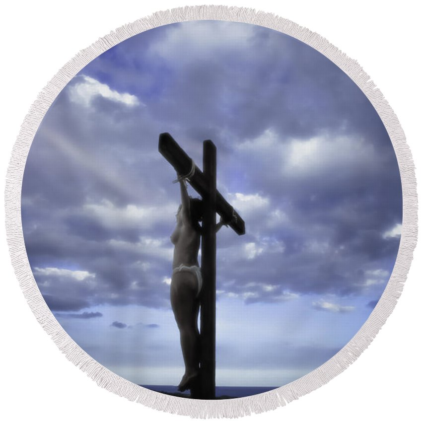 Landscape Round Beach Towel featuring the photograph Crucifix In The Light by Ramon Martinez