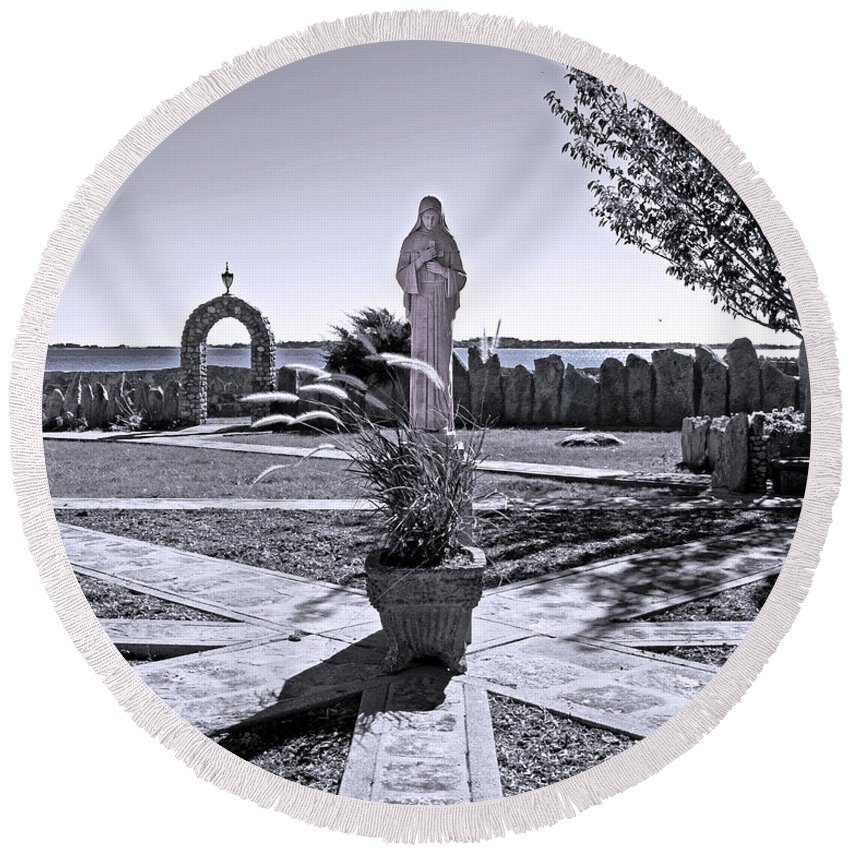 Statue Round Beach Towel featuring the photograph Focal Point by Joe Geraci