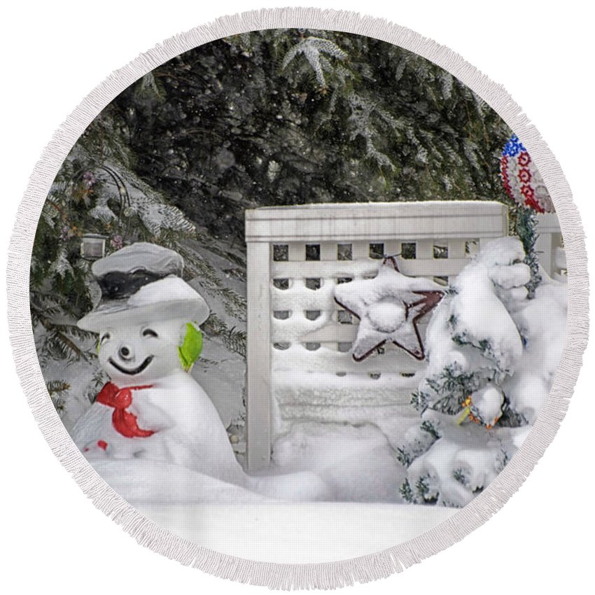 Holiday Card Round Beach Towel featuring the photograph Frosty The Snow Man by Thomas Woolworth