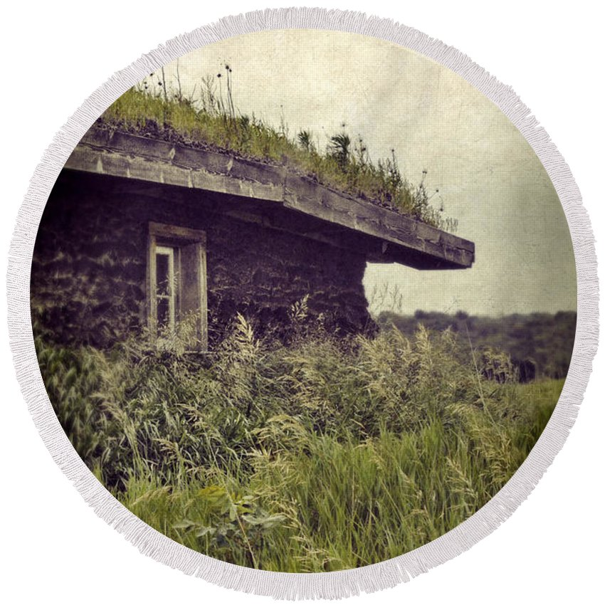 Cabin Round Beach Towel featuring the photograph Grass Roof On Cottage by Jill Battaglia