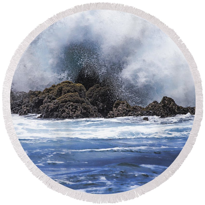 Hawaii Round Beach Towel featuring the photograph Hawaii Waves V3 by Douglas Barnard