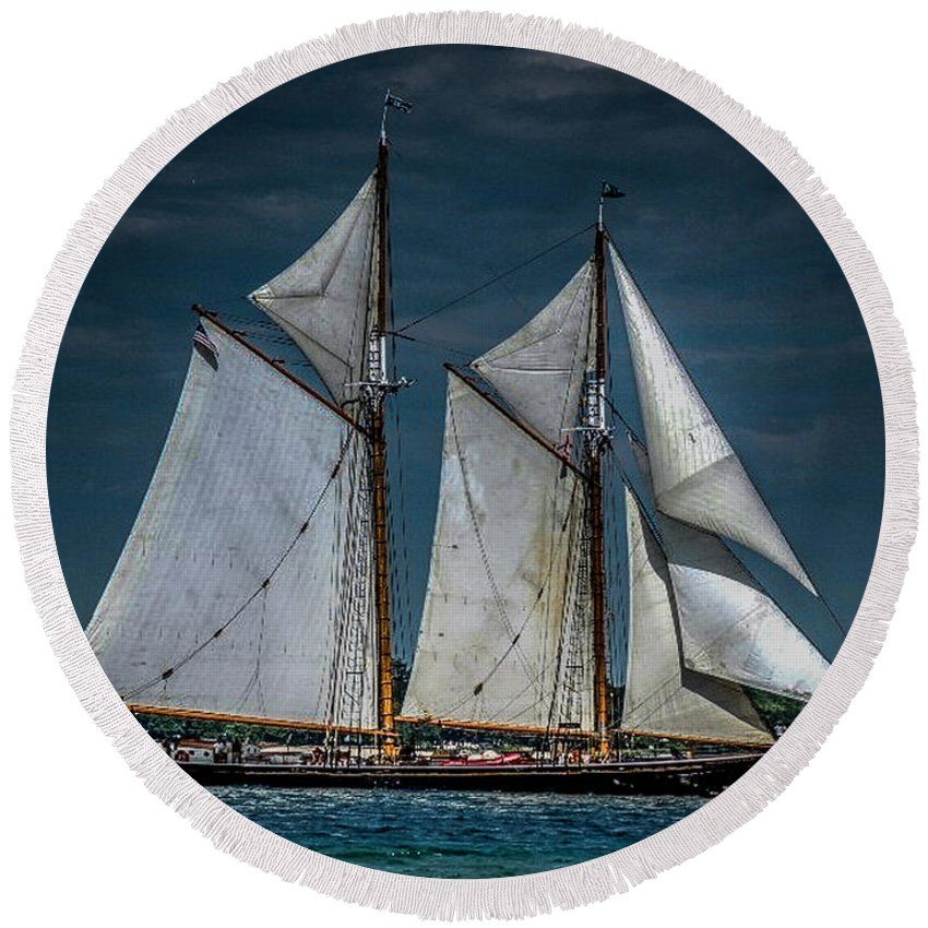 Tail Ship Round Beach Towel featuring the photograph Highlander Sea by Ronald Grogan