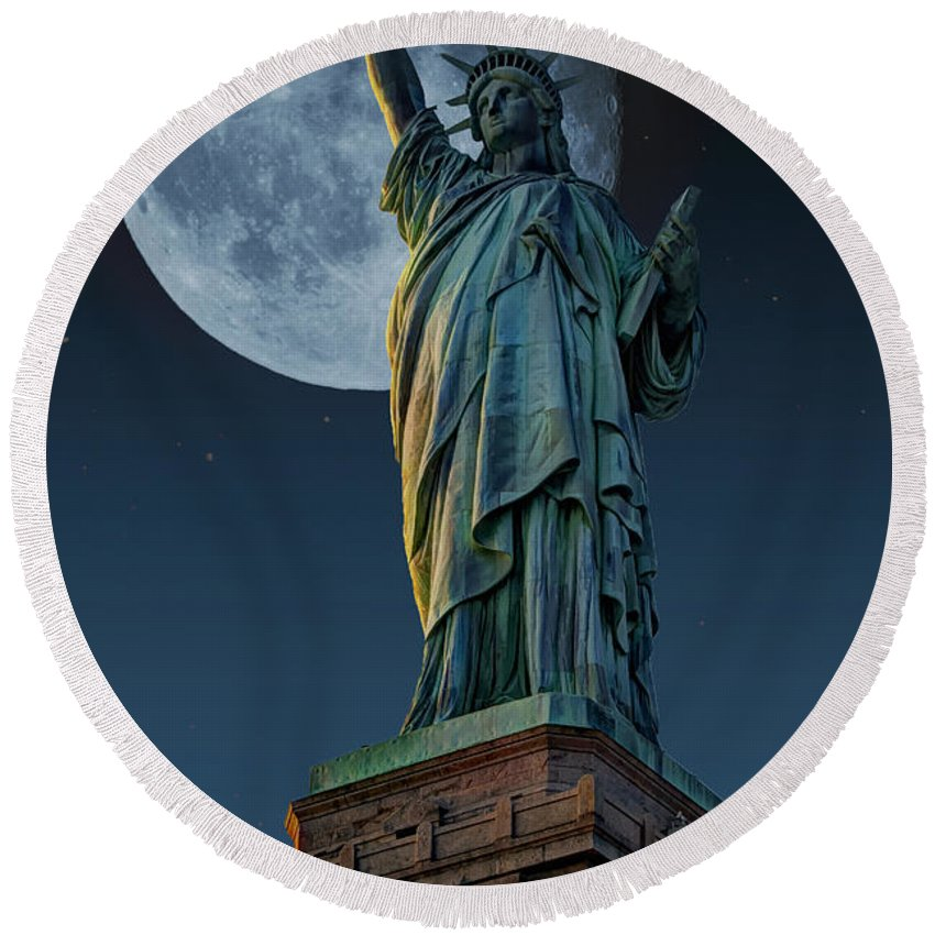 Statue Of Liberty Round Beach Towel featuring the photograph Liberty Moon by Steve Purnell
