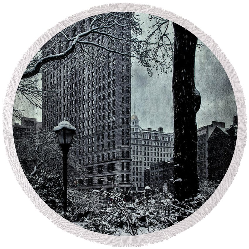 Flatiron Round Beach Towel featuring the photograph Madison Square And The Flatiron Building by Chris Lord
