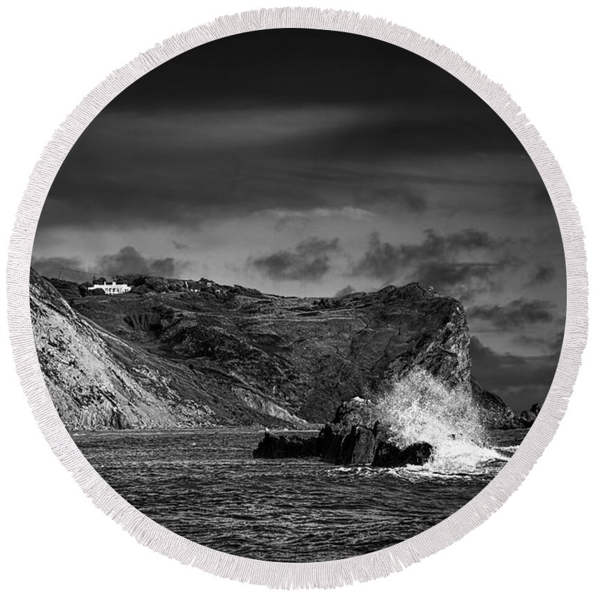 Coast Round Beach Towel featuring the photograph Man O'war Rocks by Ian Good