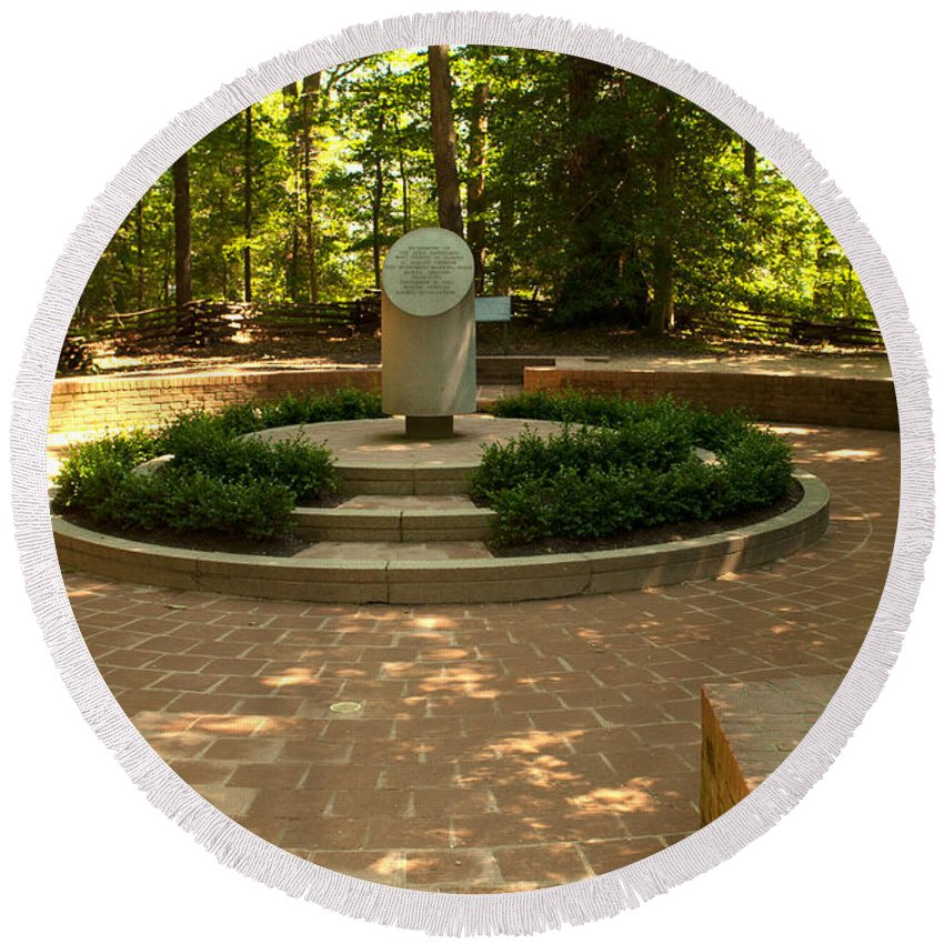 mount Vernon Round Beach Towel featuring the photograph Memorial To The Slaves by Paul Mangold