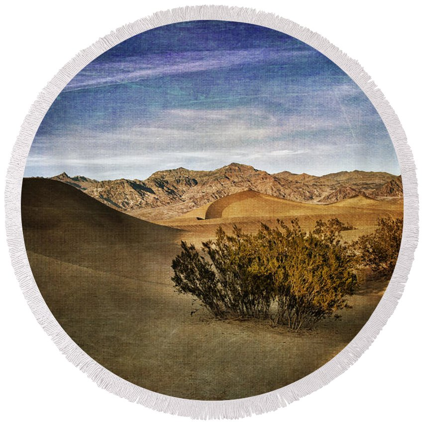 Mesquite Flat Round Beach Towel featuring the photograph Mesquite Flat Sand Dunes Death Valley Img 0080 by Greg Kluempers