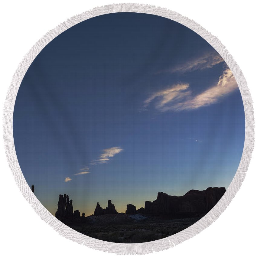 Totem Pole Round Beach Towel featuring the photograph Monument Valley Dawn by Mike Herdering