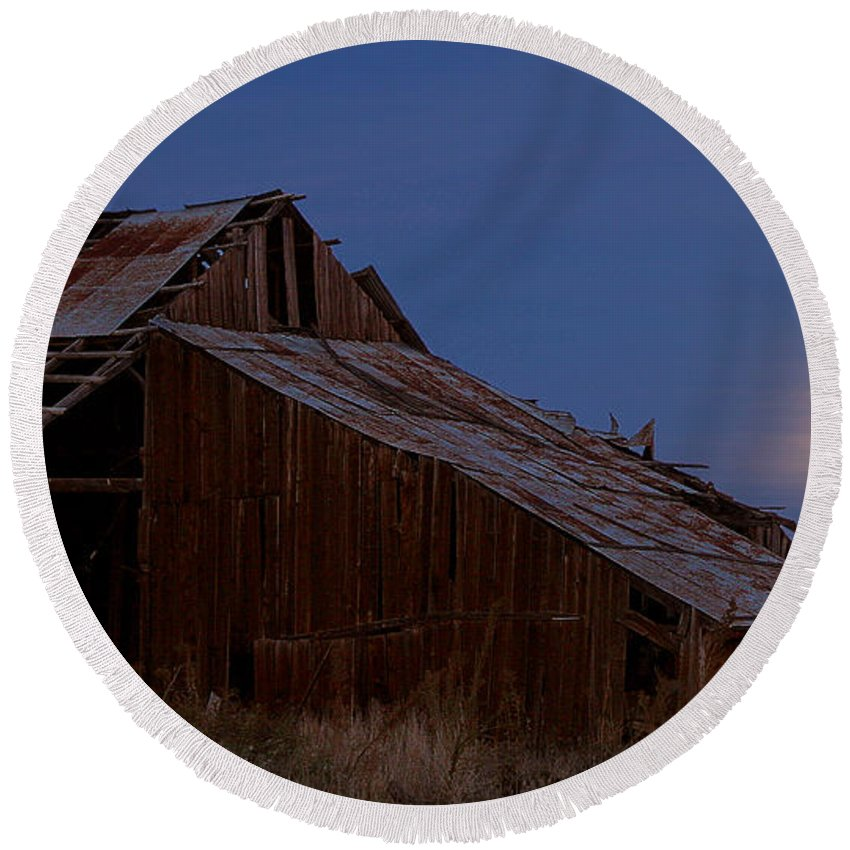 Barn Round Beach Towel featuring the photograph Moonrise Over Decrepit Barn by Robert Woodward