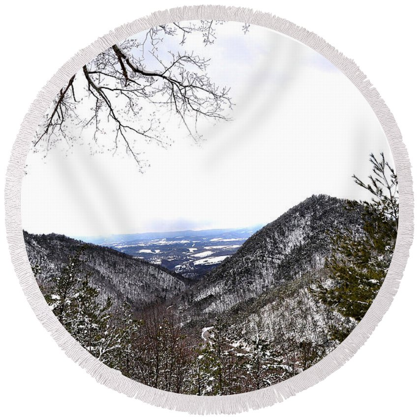 Mountain View Round Beach Towel featuring the photograph Mountain View by Todd Hostetter