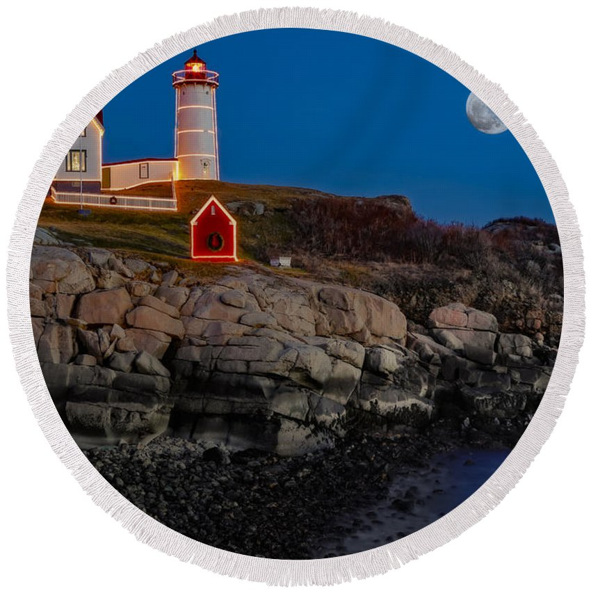 Nubble Lighthouse Round Beach Towel featuring the photograph Neddick Lighthouse by Susan Candelario