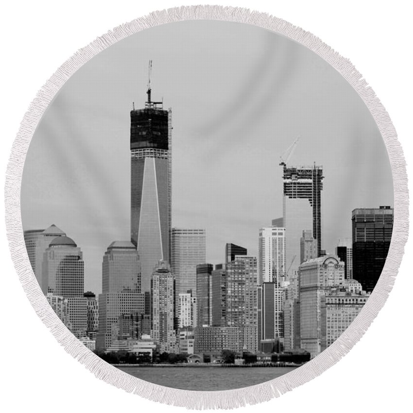 Harbor Round Beach Towel featuring the photograph New York Harbor In Black And White by Rob Hans