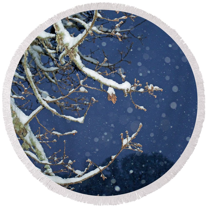 Snow Round Beach Towel featuring the photograph Night Snow by Gwyn Newcombe